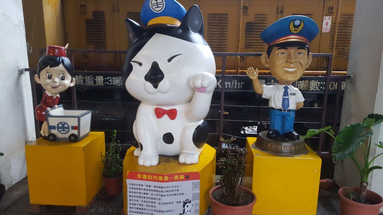 cats figures in train station